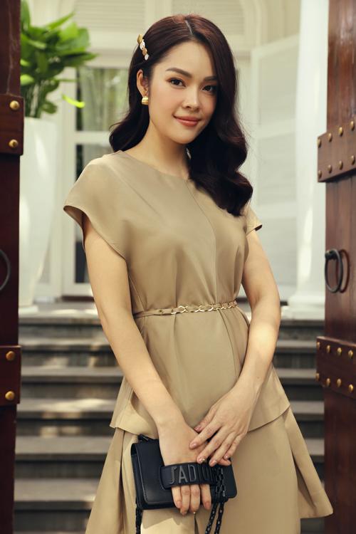 Váy tay lỡ, cổ tròn phù hợp với những ngày nhiệt độ lên cao. Màu trung tính của trang phục cũng rất dễ sử dụng khi đi làm hoặc dạo phố.