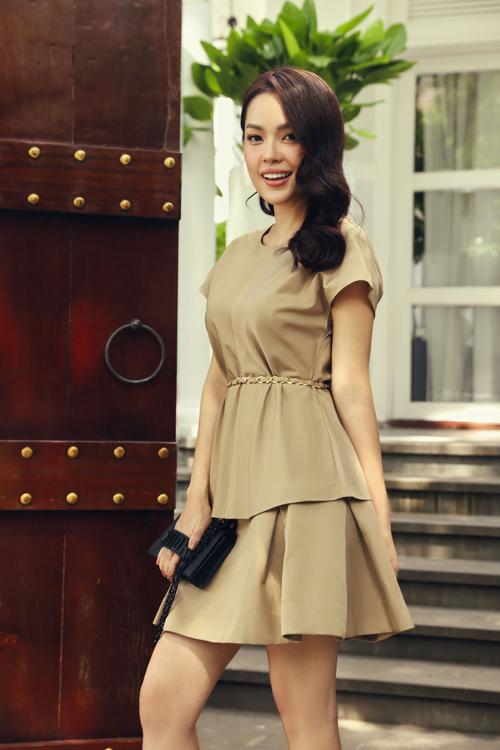 Cách kết hợp áo thắt eo cùng váy xoè chữ A sẽ giúp người mặc tôn chiều cao và trẻ trung hơn tuổi.