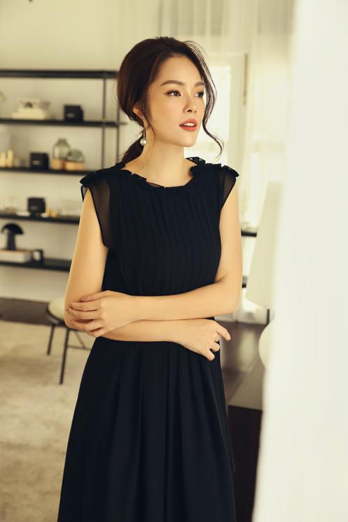 Bên cạnh các tông màu pastel như tím, hồng, vàng, váy đen vẫn là gam màu được ưa chuộng bởi tính tiện dụng cao.