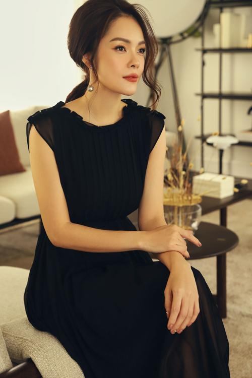 Đầm nhún eo nhẹ nhàng được mix vải xếp ly để giúp chị em văn phòng thể hiện sự sành điệu cùng xu hướng hot nhất mùa hè 2020.