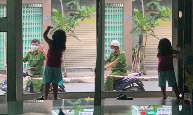 Bố công an vẫy chào con qua cửa kính