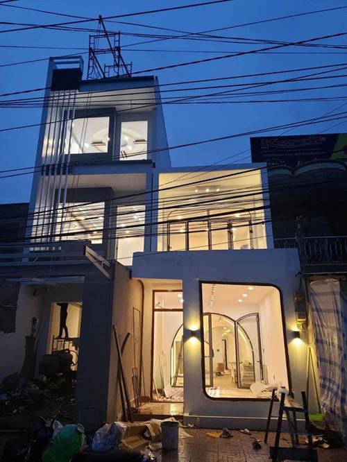 Mặt tiền của căn nhà trong thời gian cải tạo. Gia chủ tìm đến Sun Concept để tân trang nhà với tổng chi phí 1,8 tỷ đồng đã bao gồm nội thất trừ thiết bị điện tử.