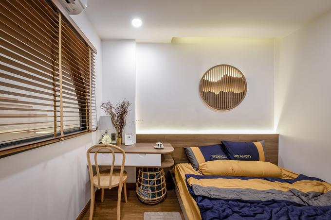 Phòng ngủ đầu tiên có bàn làm việc nhỏ cạnh giường. Mỗi phòng ngủ đều sử dụng tông màu nâu gỗ, trắng. Điểm nhấn khác biệt ở các phòng là chi tiết trang trí đầu giường, phù hợp với từng đối tượng sử dụng.