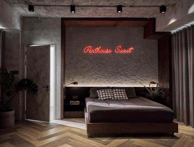 Phòng ngủ master liền kề ban công sân thượng giúp gia chủ có nơi thư giãn.