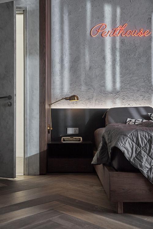 Phòng ngủ có tab đầu giường cùng các đồ đạc theo phong cách tối giản. Cặp vợ chồng yêu thích việc trang trí, tạo điểm nhấn cho nhà bằng những đèn led có thông điệp gắn trên tường.