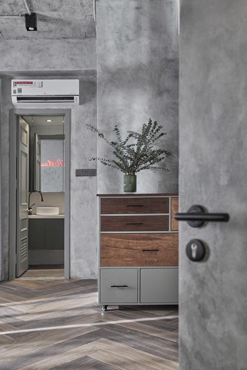 Phía bên ngoài phòng vệ sinh có tủ nhỏ để chứa đồ.