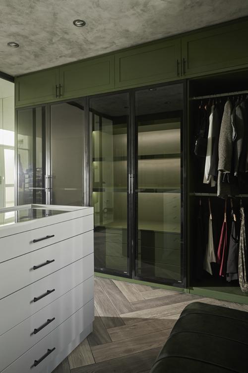 Căn phòng có nhiều hệ tủ kính để nhìn quần áo từ bên ngoài, có ghế ngồi để cặp vợ chồng tiện đi giày.