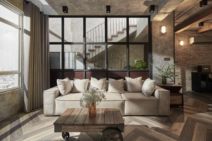 Phòng khách được bố trí ánh sáng giếng trời đến từ cầu thang cộng thêm ánh sáng hắt từ khe cửa sổ, giúp căn penthouse không sử dụng tới ánh sáng đèn nhân tạo nhưng vẫn có nguồn sáng tốt.
