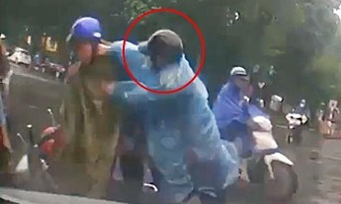 Thanh niên đi SH đánh người lớn tuổi sau va chạm