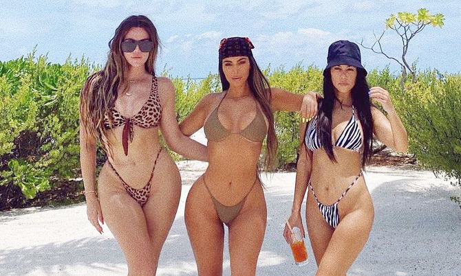 Chị em nhà Kardashian mặc bikini khoe đường cong
