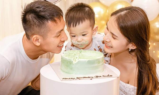 Vợ chồng Hùng Dũng mừng con trai tròn một tuổi