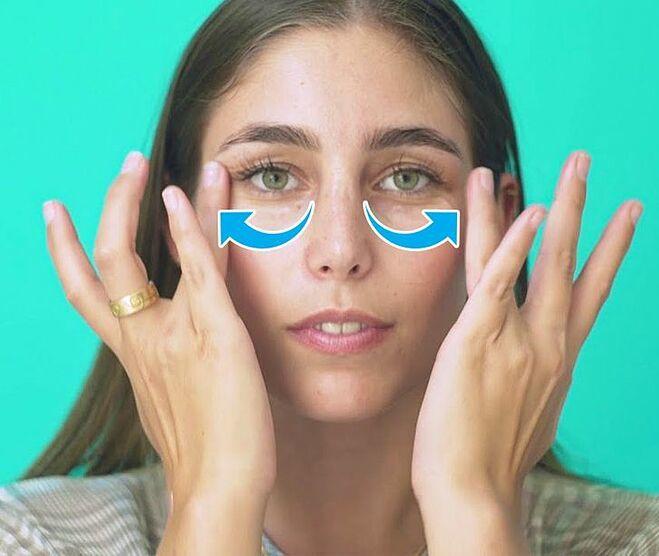 Thoa kem dưỡng ẩm đầy đủ và massage nhẹ nhàng để đánh tan quầng thâm mắt.