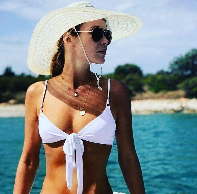 Đeo kính râm, đội mũ khi đi nắng để bảo vệ da khỏi tác hại của tia UV>