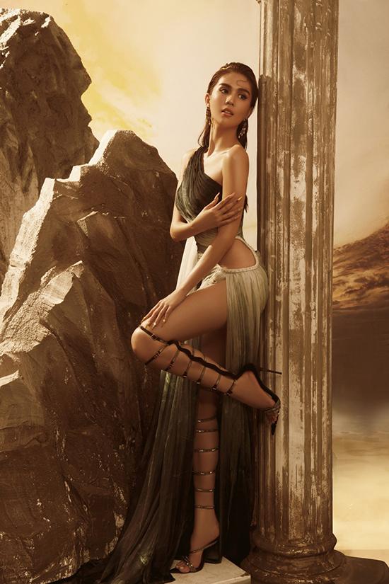 Chi Pu, Ngọc Trinh mặc váy hở bạo của Đỗ Long - 20