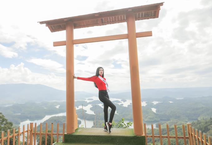 Người đẹp Trần Thị My của Bạc Liêu khoe dáng thon thả, chiều cao 1,72 m khi tạo dáng ở công trình mô phỏng cổng Trời.