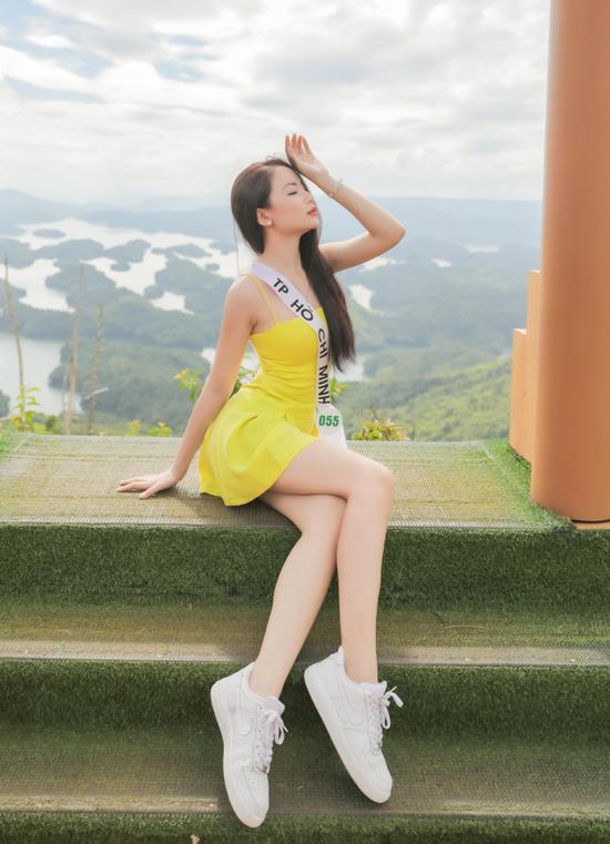 Nữ sinh viên Đại học Công nghệ TP HCM Trương Quỳnh Ngọc khoe vẻ gợi cảm với váy dây ngắn.