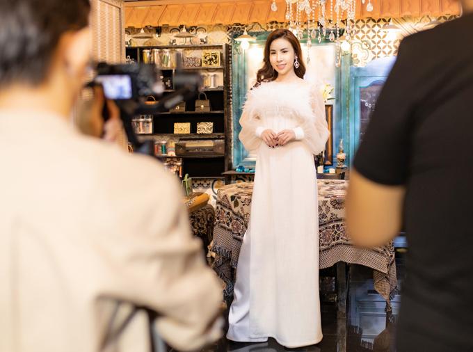 Nữ doanh nhân trông trẻ trung với bộ cánh gam trắng cách điệu đính lông vũ ở ngực.