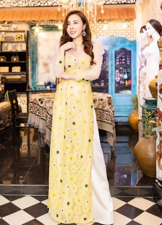Hoa hậu Hoàng Dung làm duyên với áo dài tay bồng, đắp vải voan xuyên thấu.