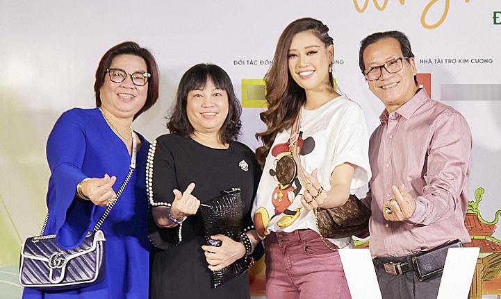 Hoa hậu Khánh Vân đưa gia đình đi event