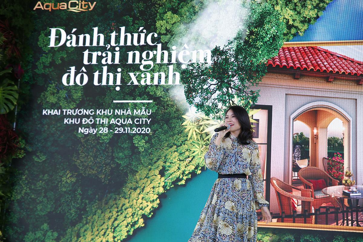 ca sĩ kỳ phương Uyên thể hiện một ca khúc khi thăm quan khu phố Châu Âu