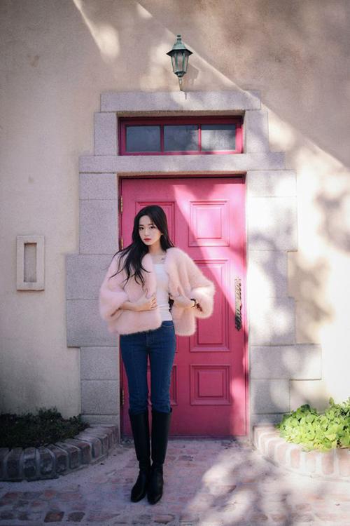 Vẫn là cách sử dụng áo lông mềm mại, ấm áp nhưng khi mix với quần jeans dáng skinny chúng lại mang tới nét năng động và sexy cho bạn gái.
