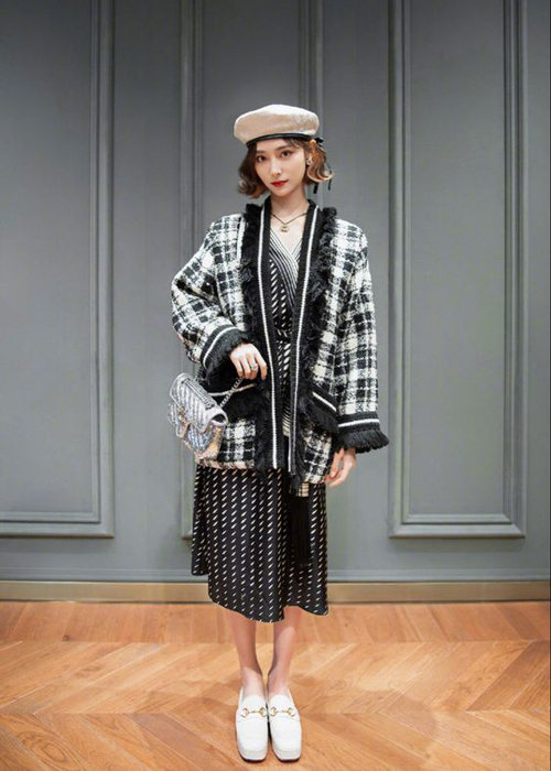 Mùa thời trang thu đông năm nay đánh dấu sự lên ngôi của chất liệu vải tweed. Vì thế nhiều kiểu áo khoác hợp mốt đã được ra đời để giúp phái đẹp thỏa sức mix-match trang phục đi làm, đi tiệc và dạo phố.