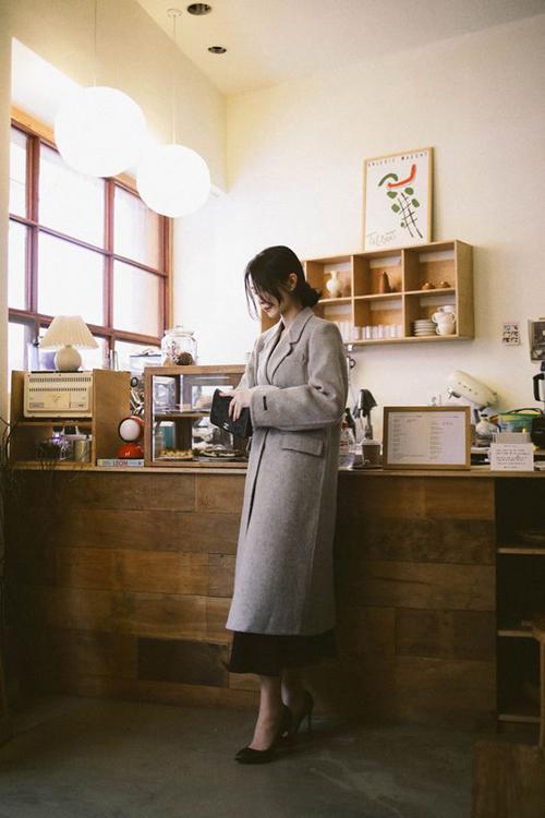 Trong những ngày tiết trời lạnh hơn thì áo măng tô thiết kế trên chất liệu vải dạ là món đồ thích hợp để sử dụng trong nhiều không gian và bối cảnh.