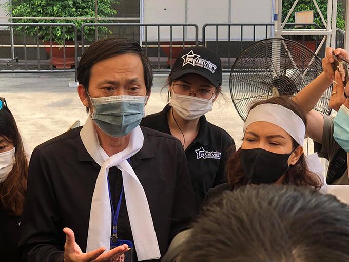 Hoài Linh cùng Việt Hương đại diện ban tổ chức lễ viếng chia sẻ với báo chí. Ảnh: Tuấn Võ