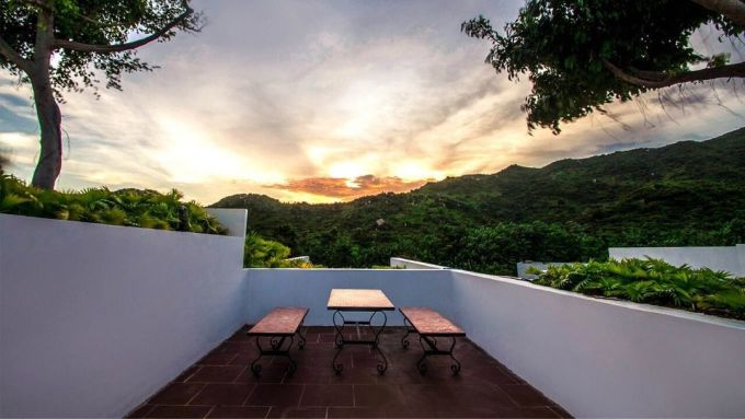 Nghỉ ở đây, du khách còn được ngắm cảnh mặt trời lặn sau núi.