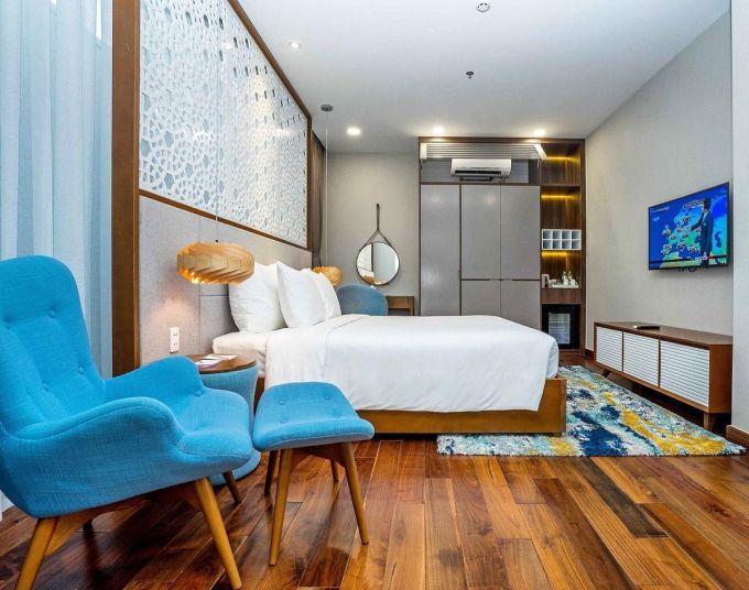 Các phòng thiết kế theo phong cách hiện đại, tông màu trắng sáng sủa, đan xen nội thất bằng gỗ, tạo cảm giác ấm cúng.