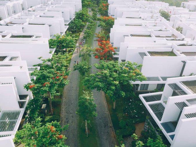 Mảng xanh bao quanh resort cũng là điểm cộng không nhỏ níu chân du khách. Khu nghỉ dưỡng gồm khoảng 400 căn biệt thự tiện nghi, thích hợp tụ tập nhóm bạn, gia đình dịp cuối tuần.