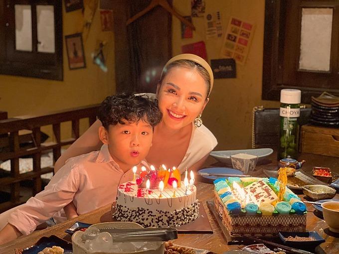 Hoa hậu Diễm Hương và con trai khi dự sinh nhật của người thân.