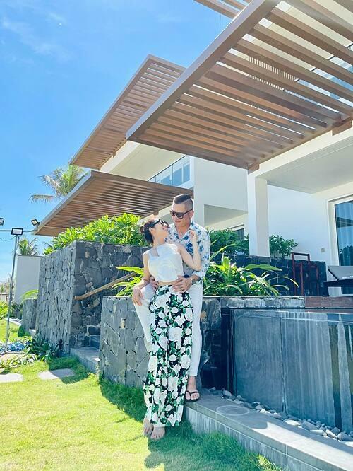 Hoa hậu Jennifer Phạm tình tứ bên ông xã Đức Hải trong chuyến nghỉ dưỡng ở Khánh Hòa.