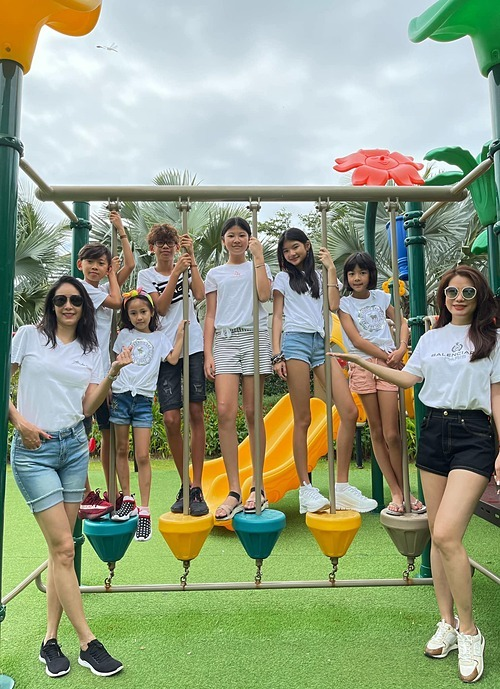 Hội bạn thân gồm diễn viên Trương Ngọc Ánh, hoa hậu Hà Kiều Anh và Anh Thơ (bà xã Bình Minh) cùng đưa các con đi chơi trong dịp nghỉ lễ năm mới.