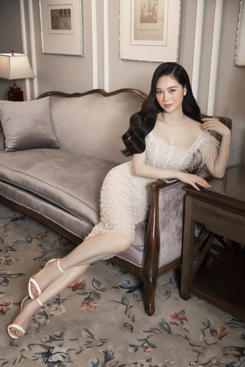 Đàm hai dây, dáng ôm sát body trở nên mới mẻ hơn với phần phối lông vũ mềm cho vai áo và toàn bộ thân váy đính kết hạt trai tỉ mỉ.