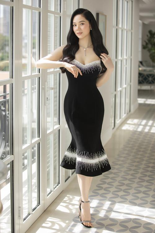 Khi chọn tông đen cho dòng váy dạ tiệc, Lê Thanh Hòa khéo bố trí họa tiết tông màu tương phản để mang tới điểm nhấn bắt mắt.