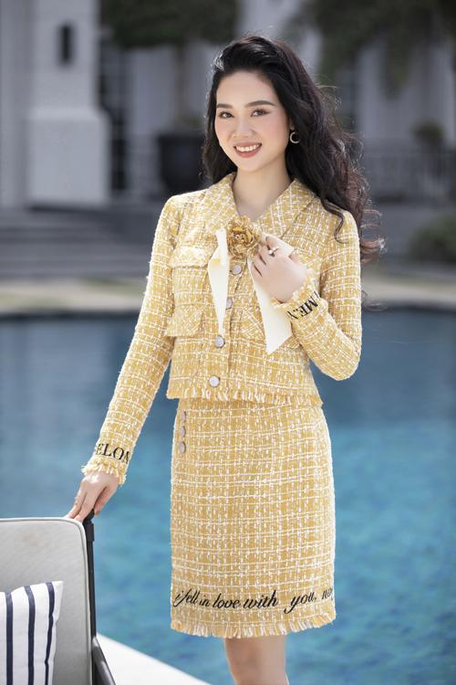Trong loạt váy đi tiệc cho mùa xuân 2021, nhà thiết kế của các hoa hậu còn trình làng nhiều mẫu đầm vải tweed thịnh hành.