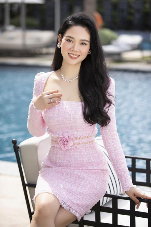 Váy vải tweed được thiết kế trên nhiều kiểu dáng hiện đại, tôn nét gợi cảm và giúp người mặc thể hiện sự sành điệu cùng xu hướng ăn khách.