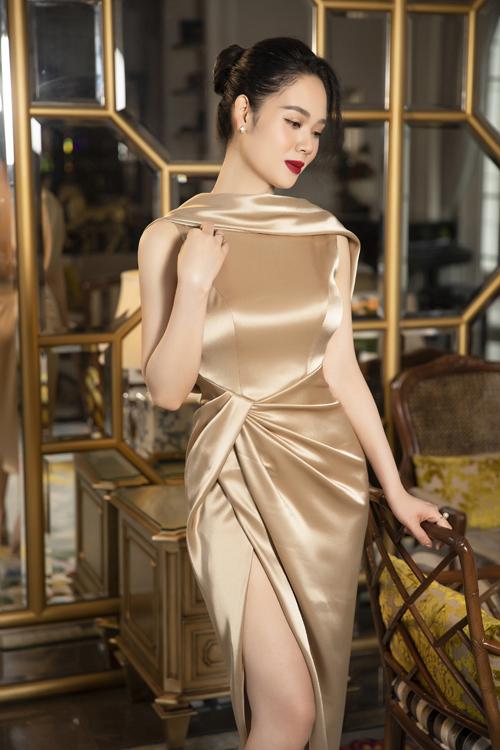 Hoa hậu VN2002 trở nên gợi cảm và quyến rũ hơn nhờ các mẫu váy cut-out và khai thác đường cắt sắc sảo của Lê Thanh Hòa.