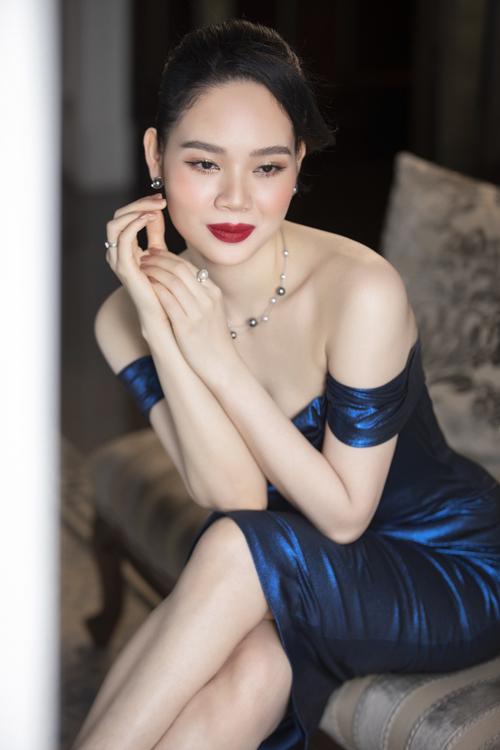 Để giúp Mai Phương khoe vai trần mảnh mai và làn da trắng sáng, Lê Thanh Hòa mang đến mẫu đầm ánh kim xanh. Cách sử dụng phụ kiện ngọc trai mang tới sự hài hòa cho tổng thể và giúp Mai Phương trở nên sang trọng hơn.