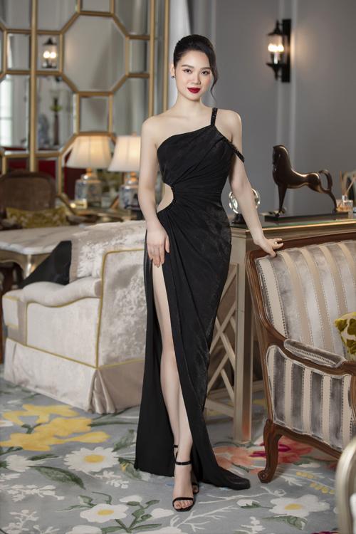 Áp dụng những đường cắt, khoét mạnh bạo, nhà mốt Việt mang tới mẫu váy xẻ cao và khoe eo độc đáo.