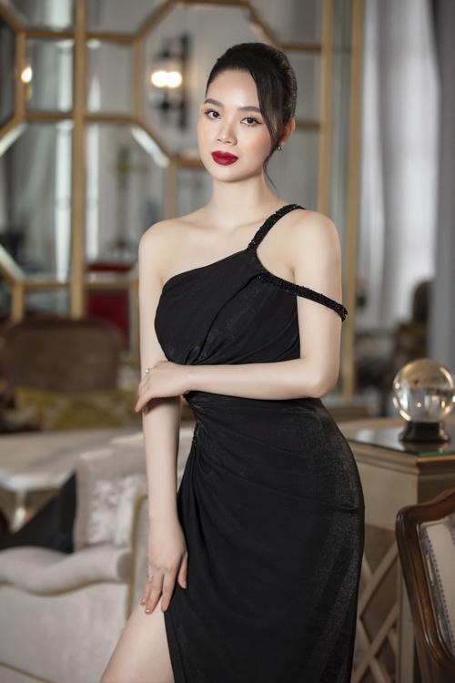 Váy đơn sắc được chăm chút tỉ mỉ về phần cắt ráp và dựng phom để tôn đường cong quyến rũ cho người mặc.