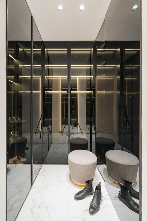 Hệ tủ giày sát trần, ở ngay lối vào nhà, gây ấn tượng thị giác khi các vị khách bước vào căn hộ của chị Tra Li.