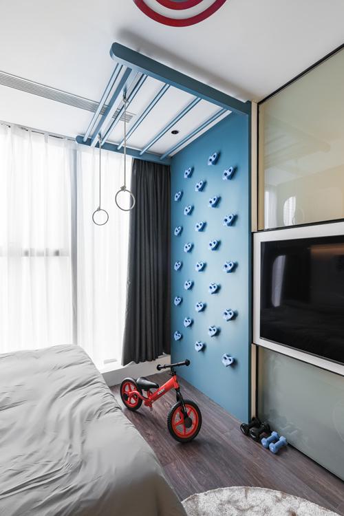 Phòng ngủ của con nhỏ có gam màu tươi sáng, tận dụng không gian tường, trần trên cao làm góc vui chơi, vận động của bé.