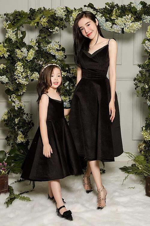 Bé Cadie Mộc Trà 7 tuổi diện váy đồng điệu tạo dáng thần thái bên mẹ Elly Trần.