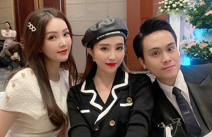 Quỳnh Nga nổi bật với hàng mi dài và gu thời trang cổ điển khi chụp ảnh cùng MC Thuỵ Vân và Thái Dũng (phải).