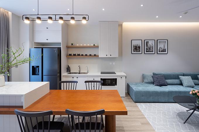 Nữ chủ nhân của căn hộ tính cách dịu dàng, yêu thích sự nhẹ nhàng với những gam màu sáng. Do đó, kiến trúc sư đã lựa chọn tông trắng chủ đạo, phối thêm sắc xám, xanh để tạo điểm nhấn cho căn hộ. Cặp bài trùng trắng - vân gỗ tiếp tục được ưu ái, mang đến hiệu ứng nới rộng không gian mà không làm mất đi sự gần gũi, ấm cúng của tổ ấm.
