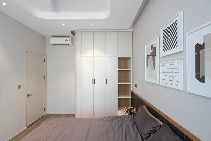 Hệ thống ánh sáng trong phòng ngủ dịu nhẹ.