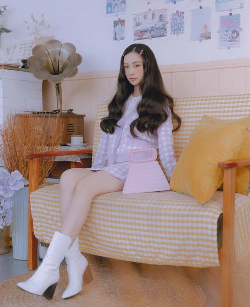 Ở những ngày không khí se lạnh, những cô nàng chuộng phong cách tiểu thư có thể tham khảo việc sử dụng bộ váy - áo vải dệt kim của Jun Vũ.