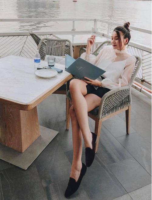 Những mẫu chân váy chữ A tông màu đơn sắc dễ mix-match cùng áo bloue, áo thun và sơ mi biến tấu nhẹ nhàng. Chị em công sở có thể học lỏm cách mix đồ của Thanh Hằng để tôn dáng hiệu quả.